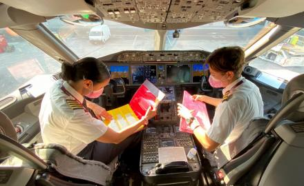Qatar Airways 787 Dreamliner draws iconic pink ribbon in the sky