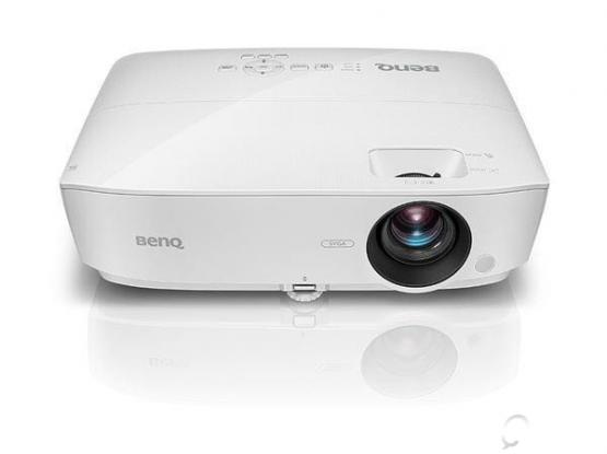 NEW BENQ PROJECTOR WITH SCREEN