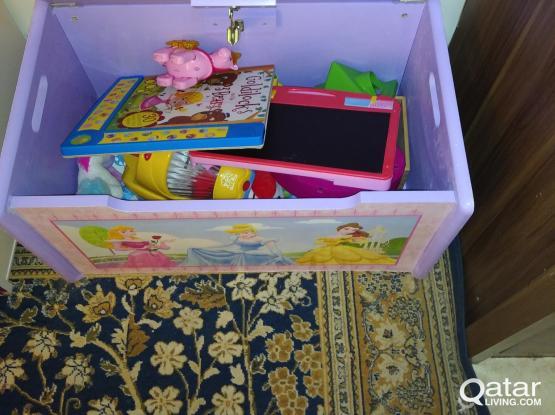 Delta toy storage box