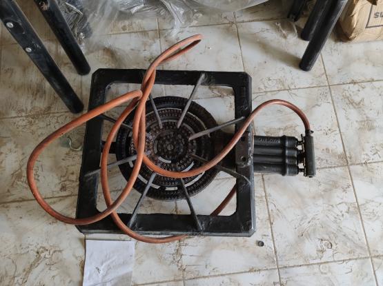 Gas stove with regulator