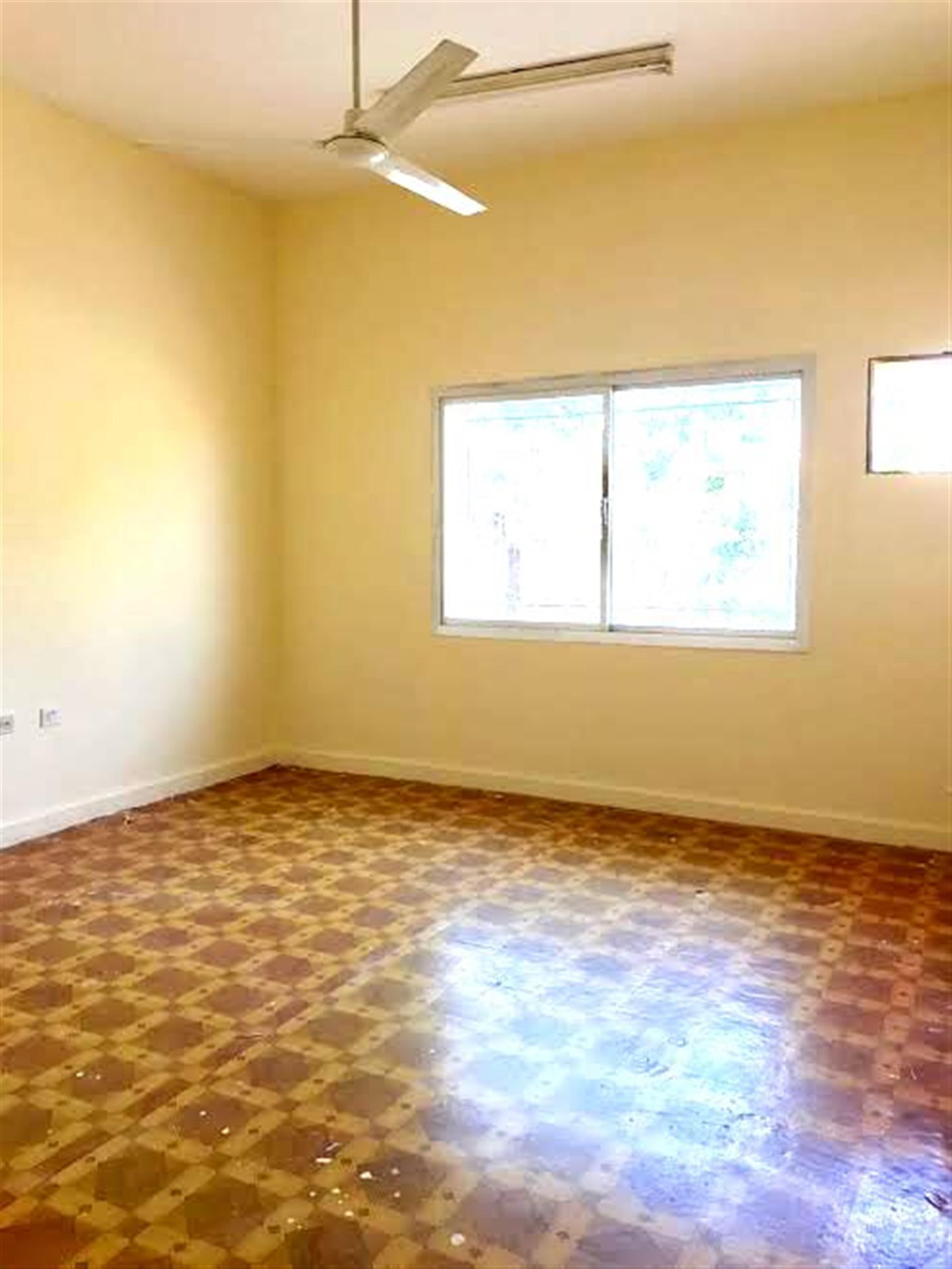 FOR EXECUTIVE....NICE 5 BEDROOM UNFURNISHED STAND