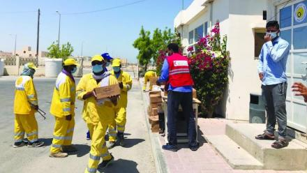 QRCS delivers food aid to laborers in Qatar