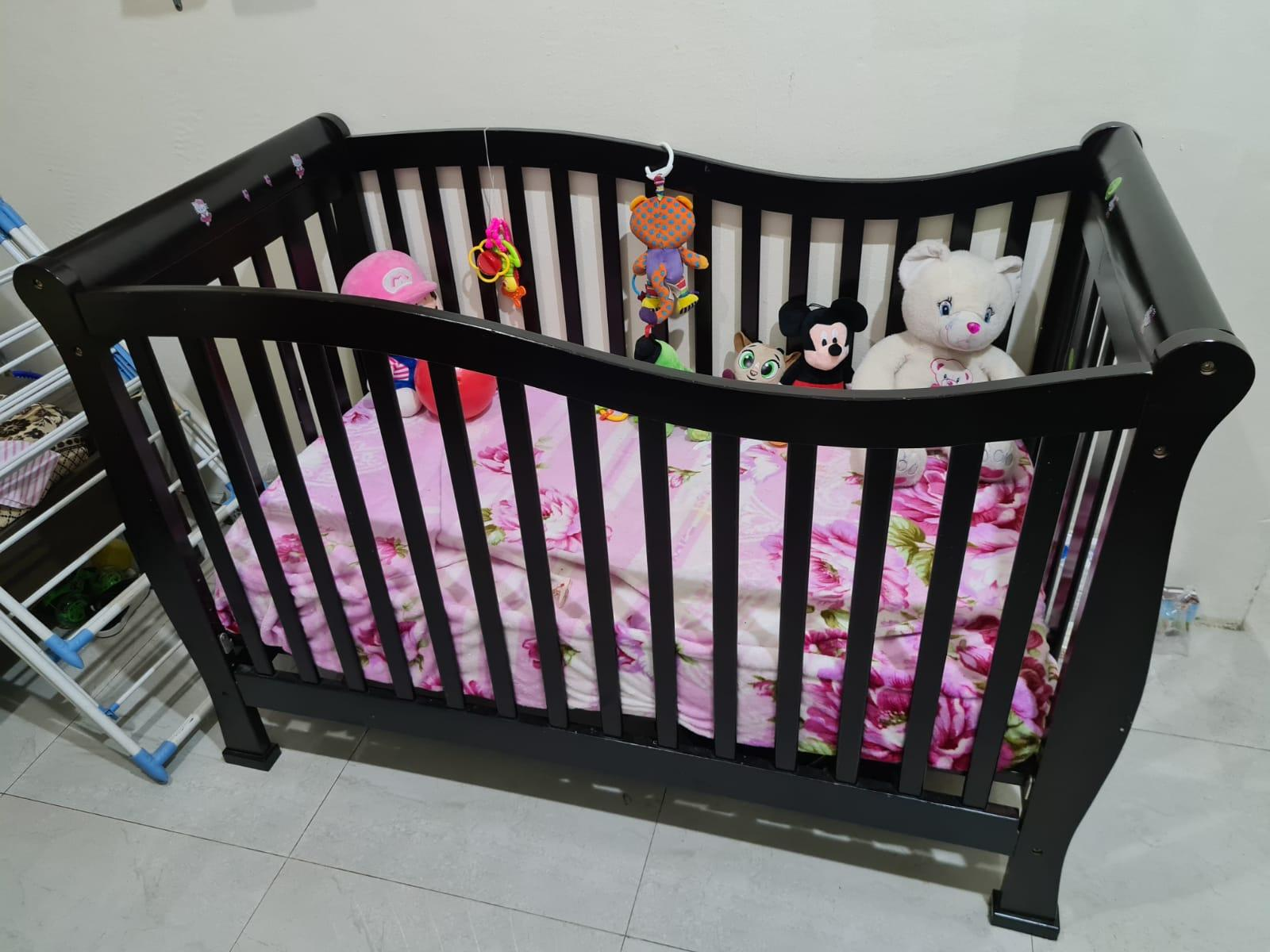 Junior's Larsen Wooden Crib (Neat and Clean)