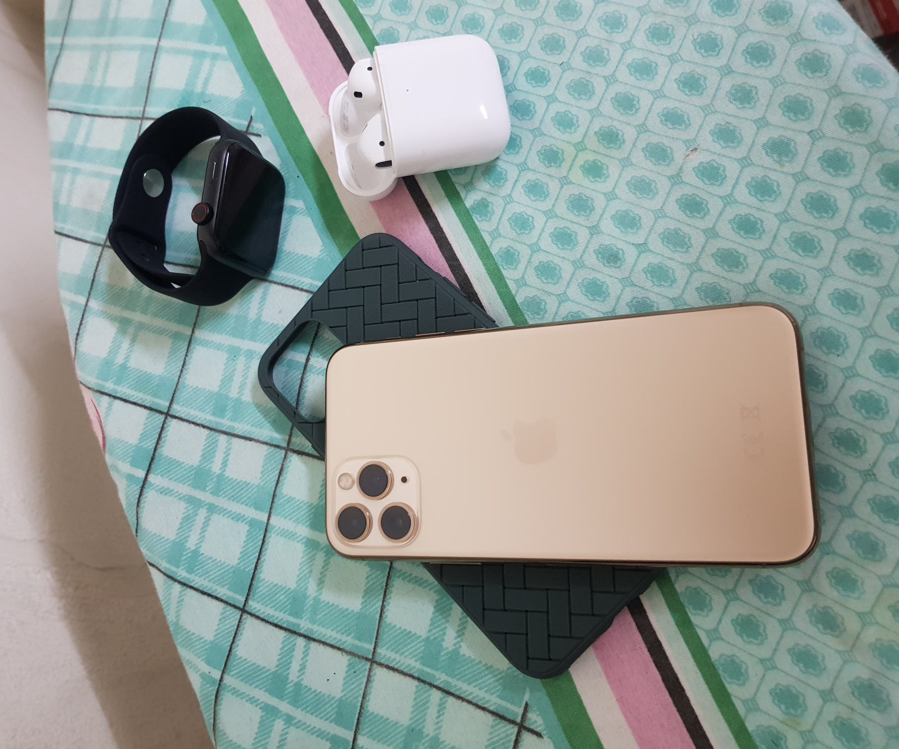 İphone 11 pro smartwatch and airpods