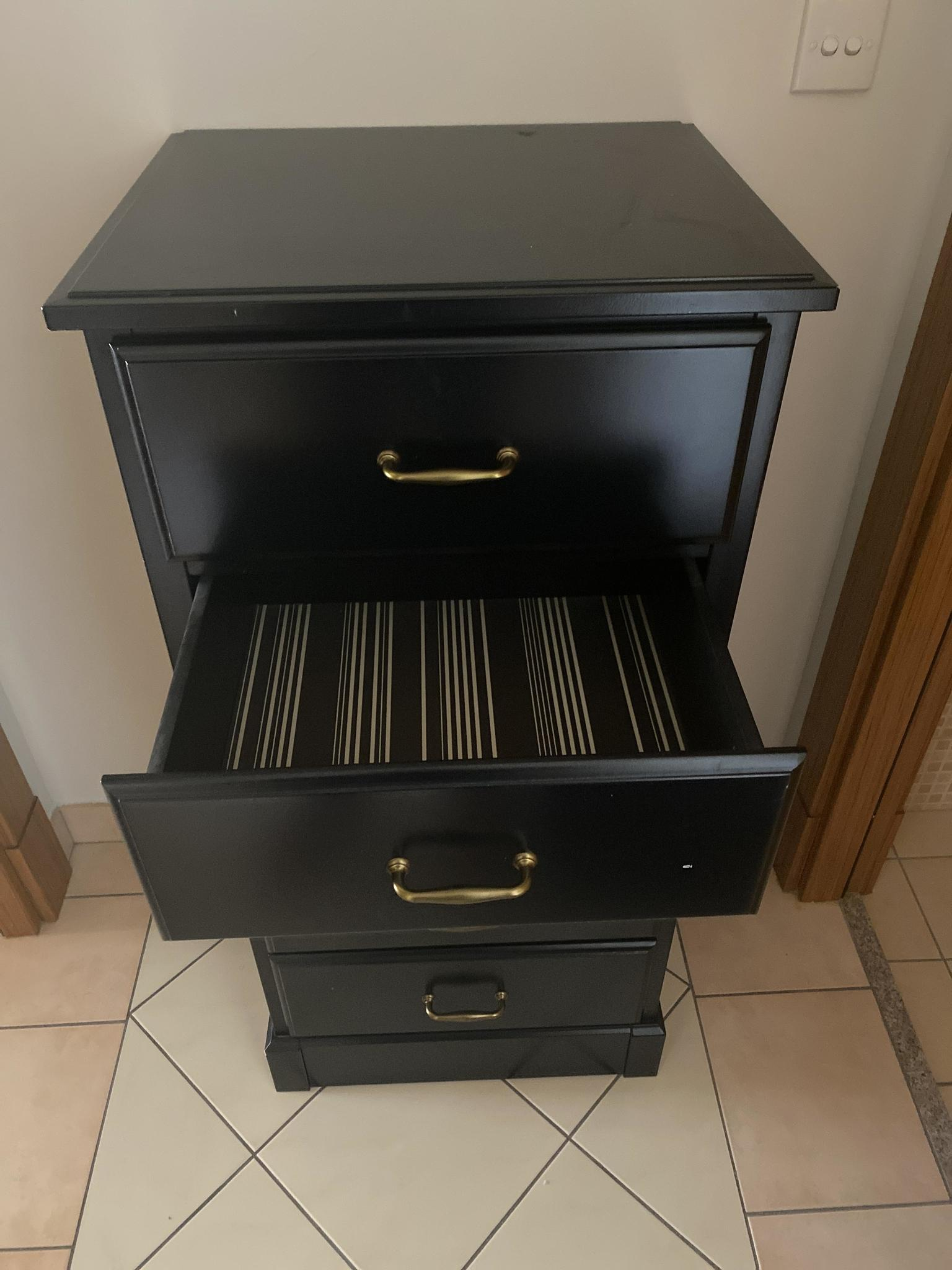 Chests of drawers Both for 200 Set of 2 very good