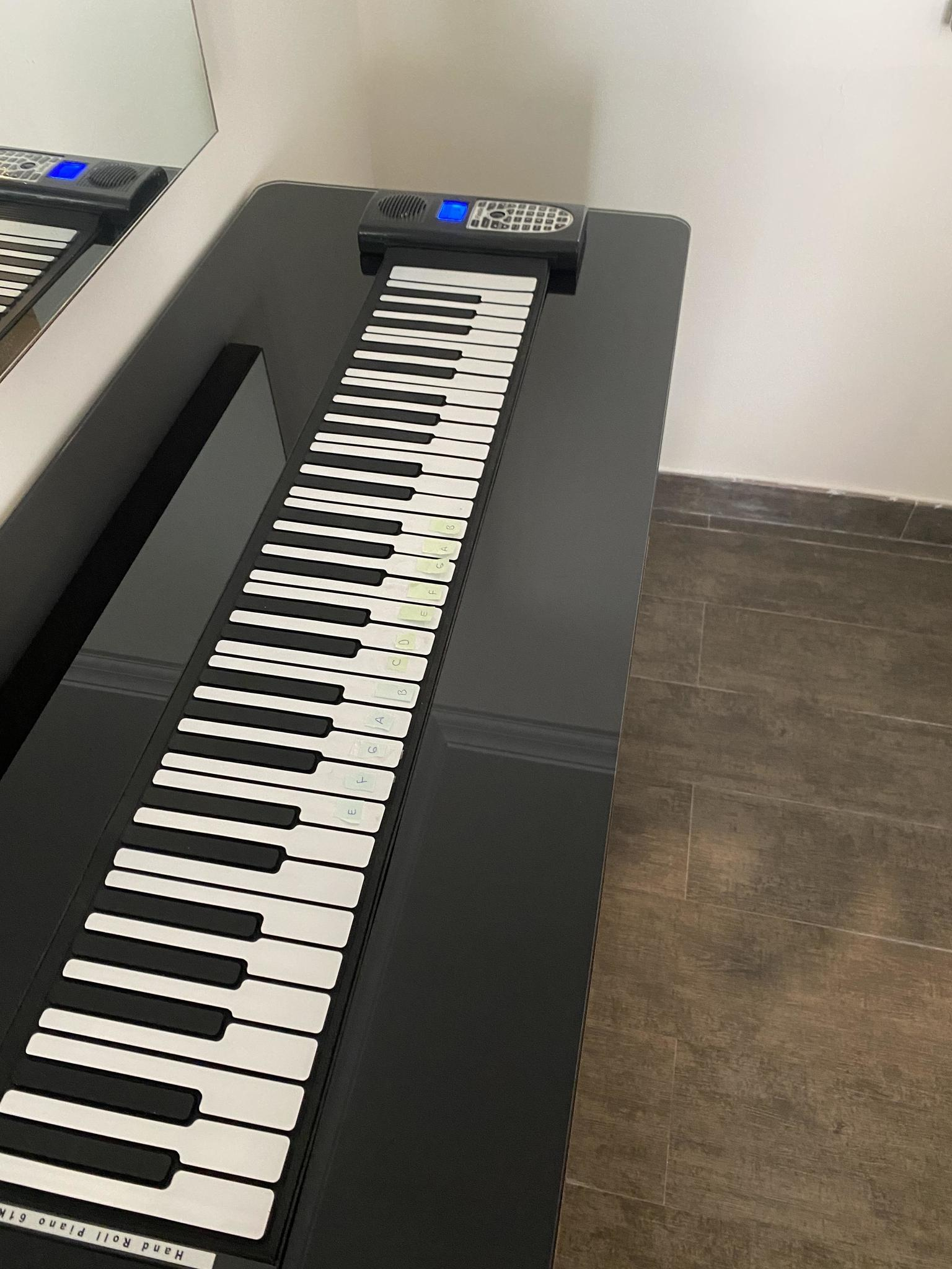Foldable piano works with batteries or electric